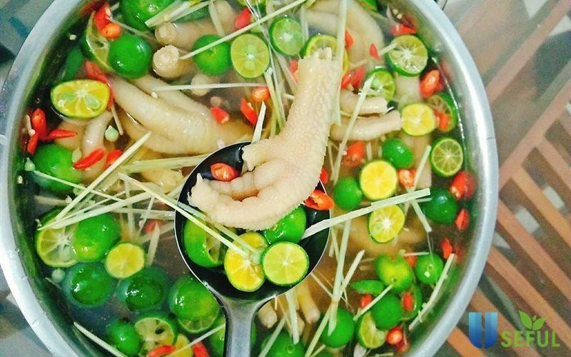 Chân gà ngâm sả tắc là món ăn rất phổ biến hiện nay