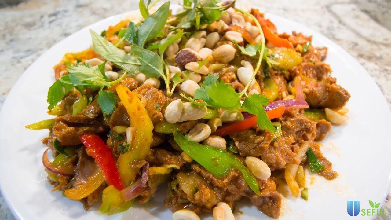 Gỏi bò Thái Lan là món nhậu ngon với thịt bò chín tái hòa cùng với mùi thơm và hương vị chua ngọt của các loại gia vị