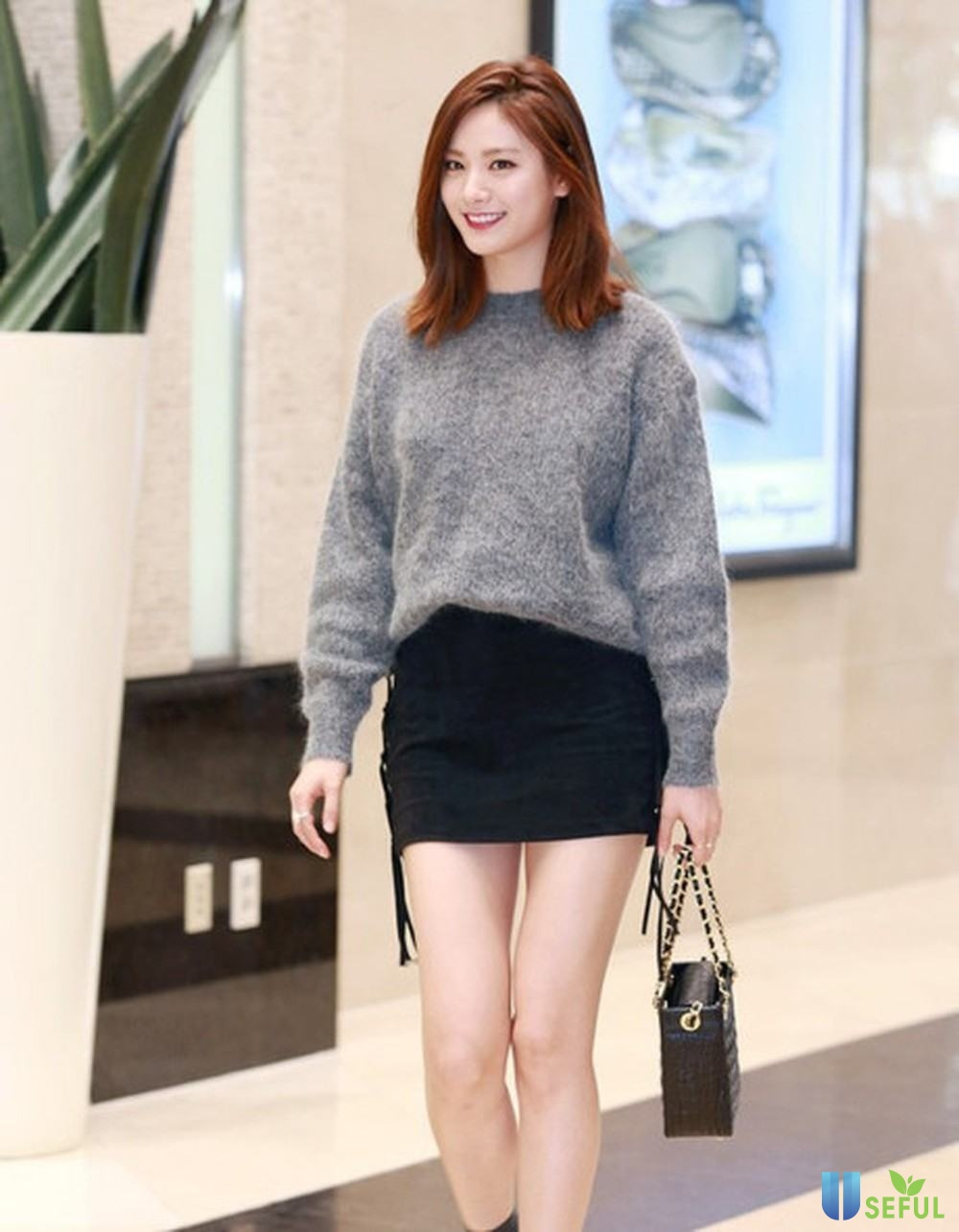 Áo len và chân váy quyến rũ