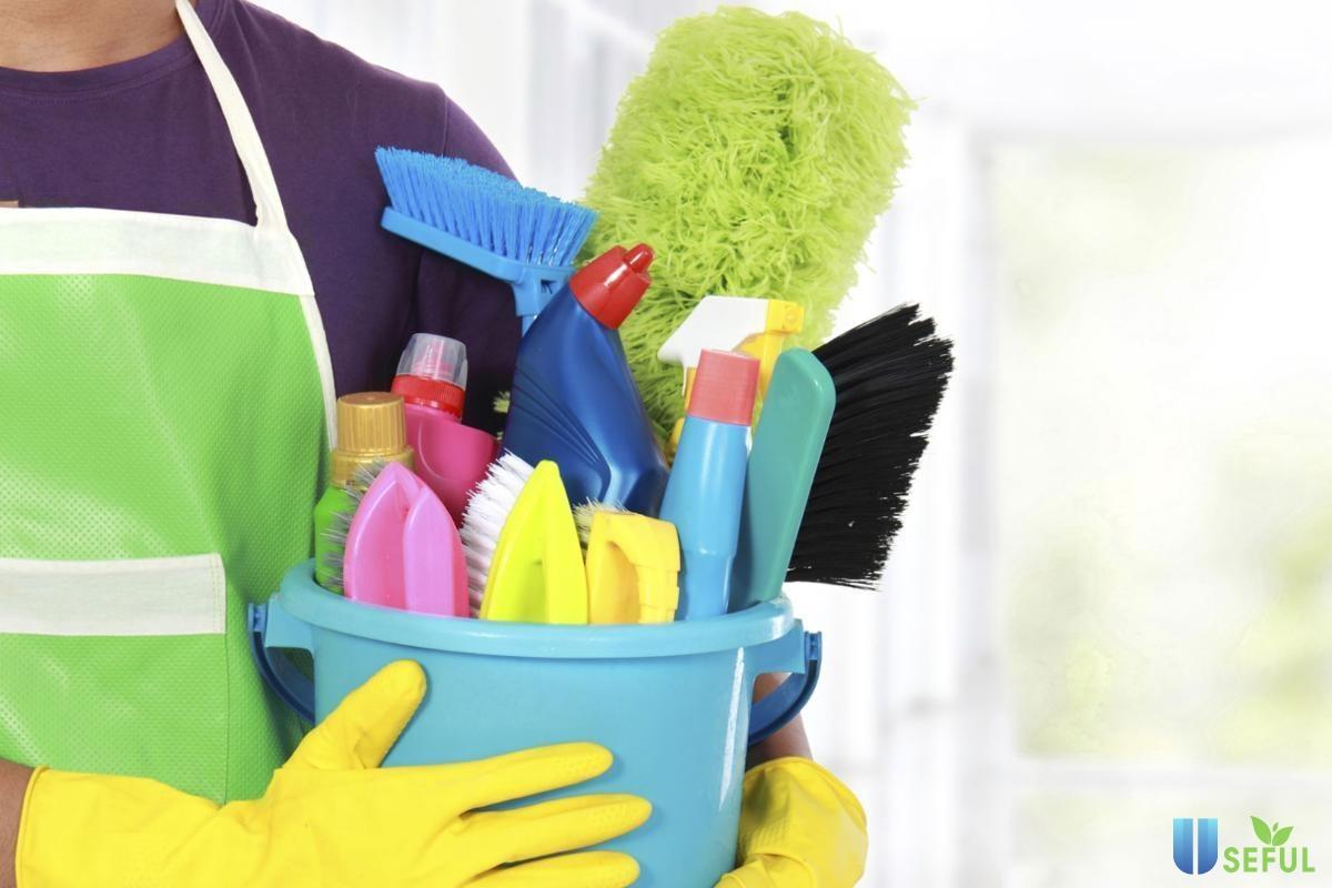Bắt tay vào dọn dẹp nhà cửa giúp vợ