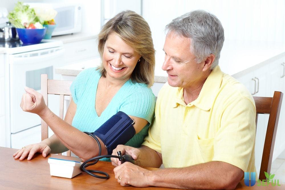 Máy có thiết kế nhỏ gọn, tiện dụng, và bàn phím bấm to giúp cho người già dễ dàng nhìn thấy