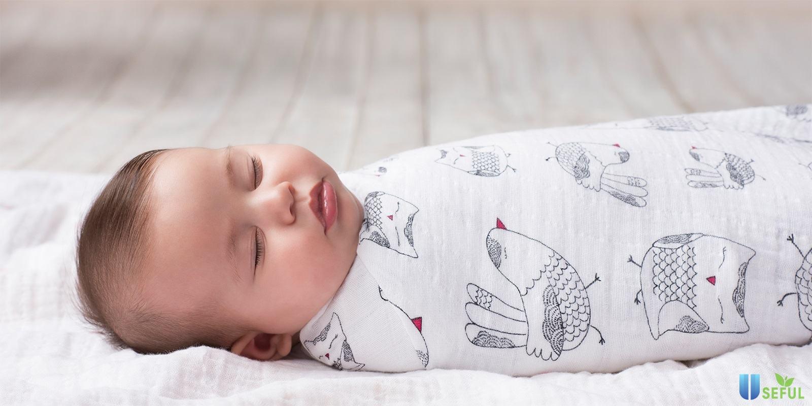Sử dụng khăn choàng sau khi tắm để cơ thể bé nhanh khô, ủ ấm con tốt hơn