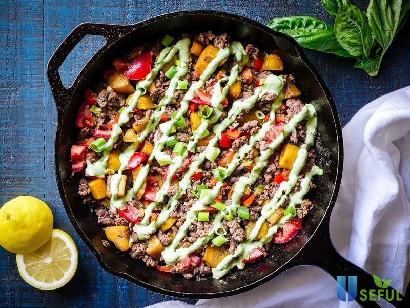 Hãy ướp thịt bò với một ít gia vị như gừng, tiêu, muối để thịt bò đậm vị, thơm ngon hơn