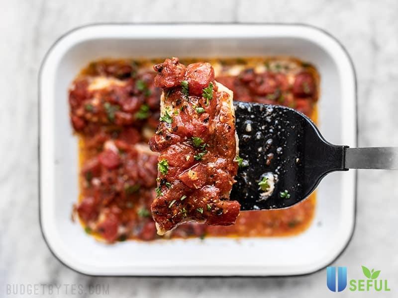Cá sốt cà chua cùng mùi vị đặc trưng của rau thì là sẽ khiến cả gia đình bạn phải xuýt xoa vì ngon đấy
