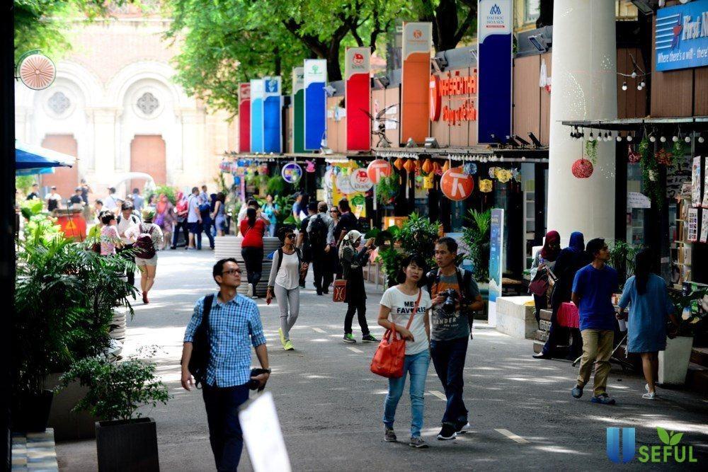 Đường sách Nguyễn Văn Bình nhộn nhịp vào dịp cuối tuần