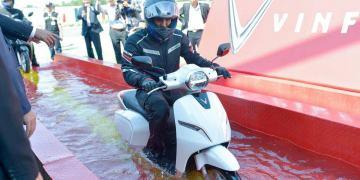 Người dùng trải nghiệm khả năng chống nước của xe máy điện VinFast Klara
