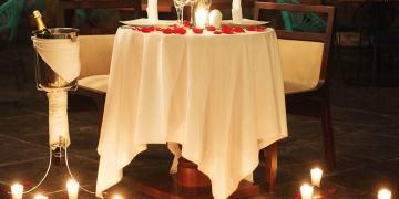 Bữa tối lãng mạn dưới ánh nến mang đến sự thăng hoa đầy cảm xúc