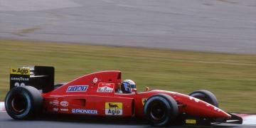 Ferrari có đồng phục áo đua và xe đua màu đỏ vô cùng nổi bật
