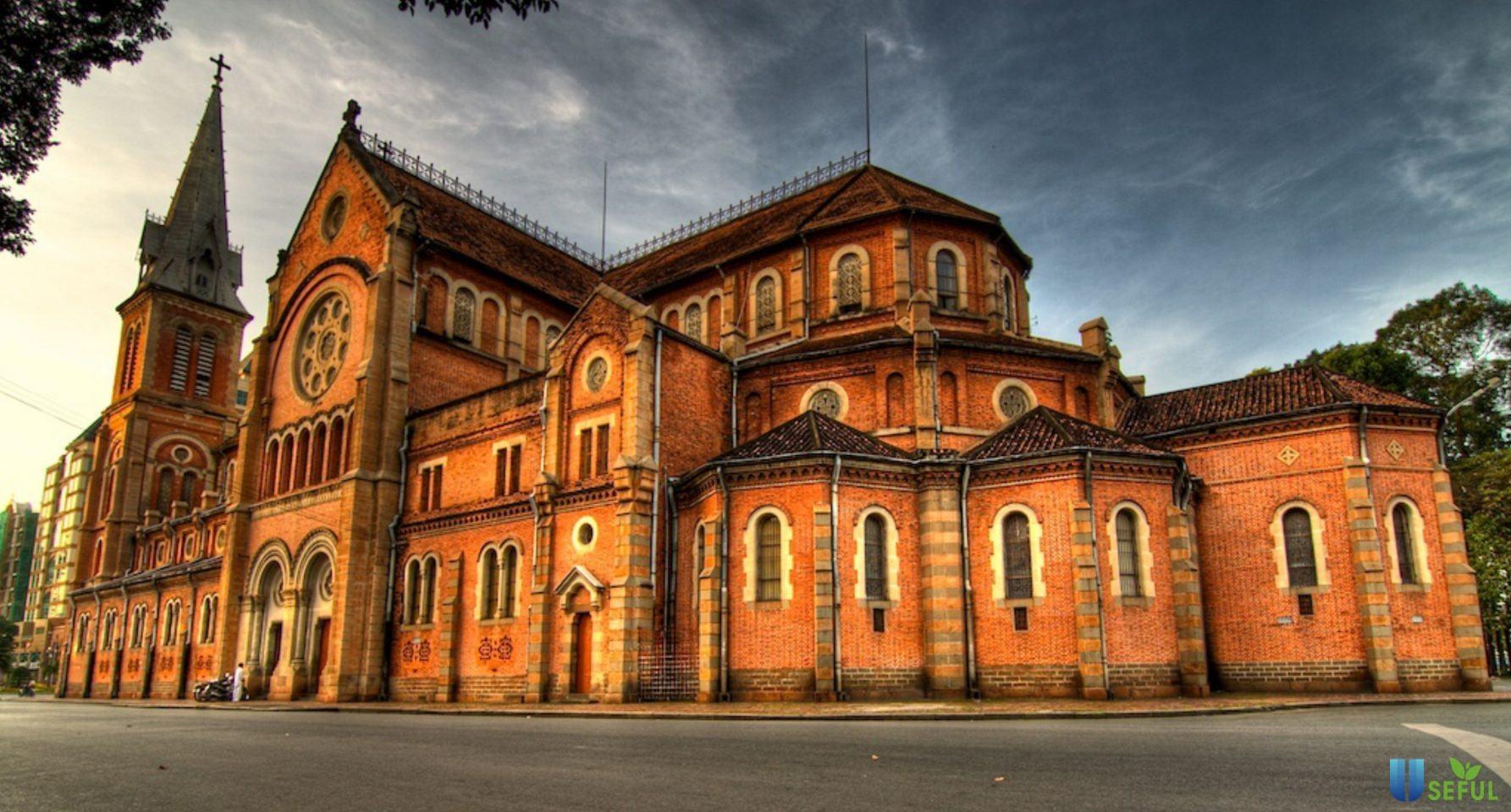 Nhà thờ Đức Bà được xây theo phong cách kiến trúc Pháp