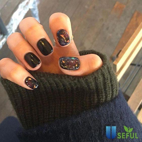 Mẫu nail tông đen xen kẽ hình tạo điểm nhấn nổi bật