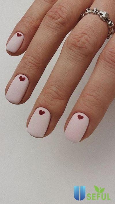 Mẫu nail tông trắng kèm hình trái tim xinh