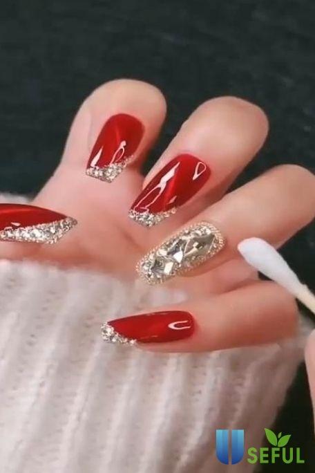 Mẫu nail tông đỏ đính đá đơn giản