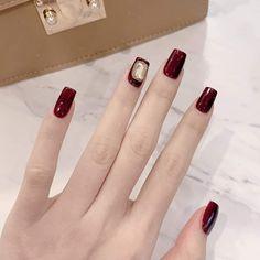 Mẫu nail màu đỏ mận trầm ấm tôn da