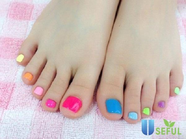 Móng chân nhiều màu sắc nổi bật