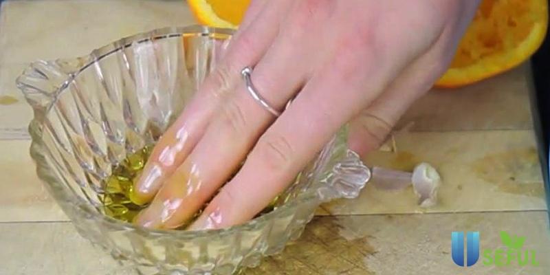 Ngâm móng tay trong dầu oliu