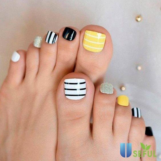 Mẫu nail chân xinh với những đường kẻ