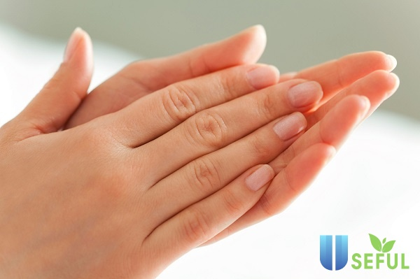 Sử dụng kem dưỡng để chăm sóc da tay3