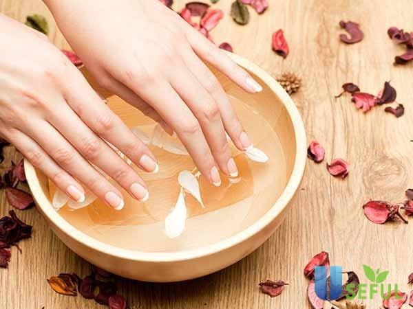 Tránh ngâm móng tay trong nước lâu