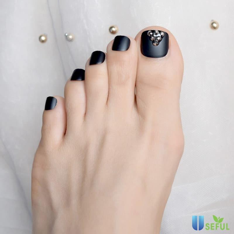 Mẫu nail chân màu đen huyền bí
