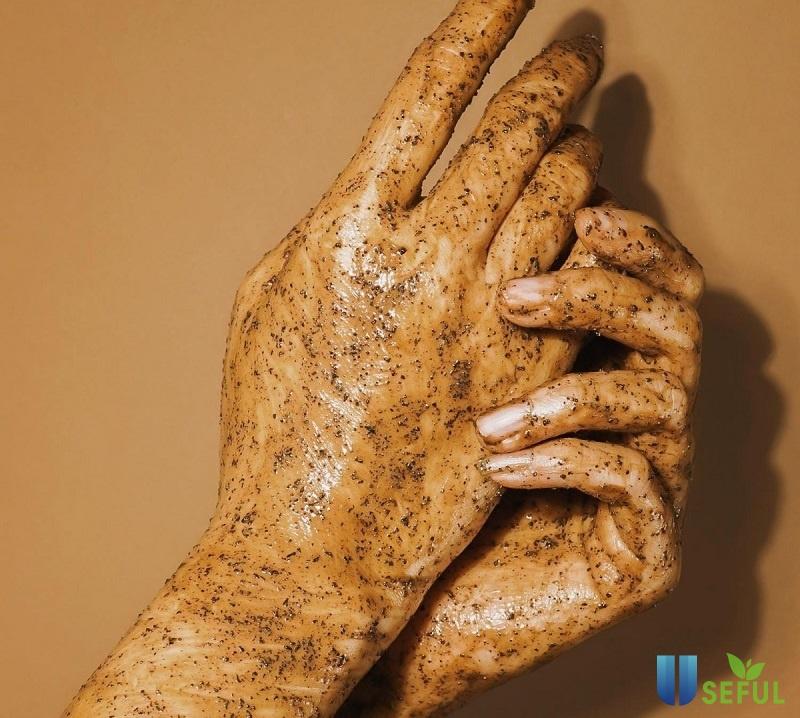 Tẩy da chết thường xuyên để da tay mềm mịn hơn
