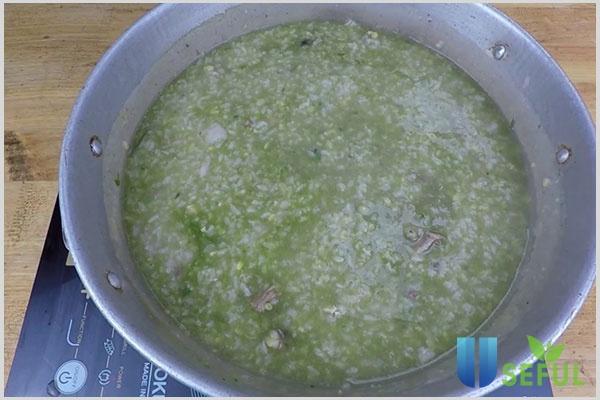 Cách nấu cháo gà đậu xanh hạt sen cho bé
