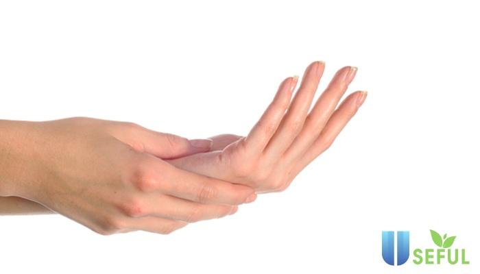 Giữ ẩm cho đôi bàn tay