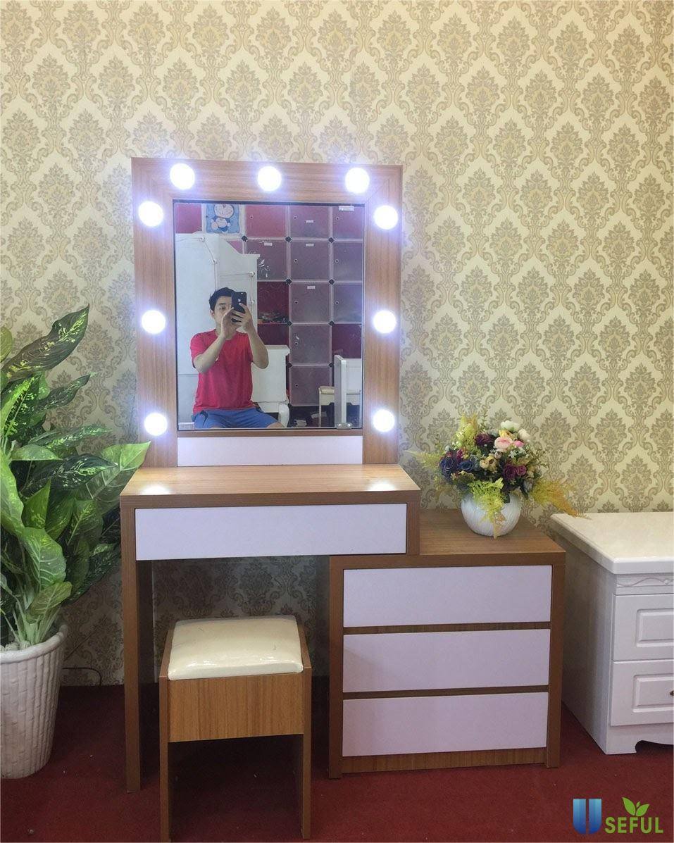 Bàn trang điểm nhựa Đài Loan mẫu 03 có thiết kế rất đẹp mắt với chiếc gương có gắn đèn tạo không gian căn phòng đẹp lung linh