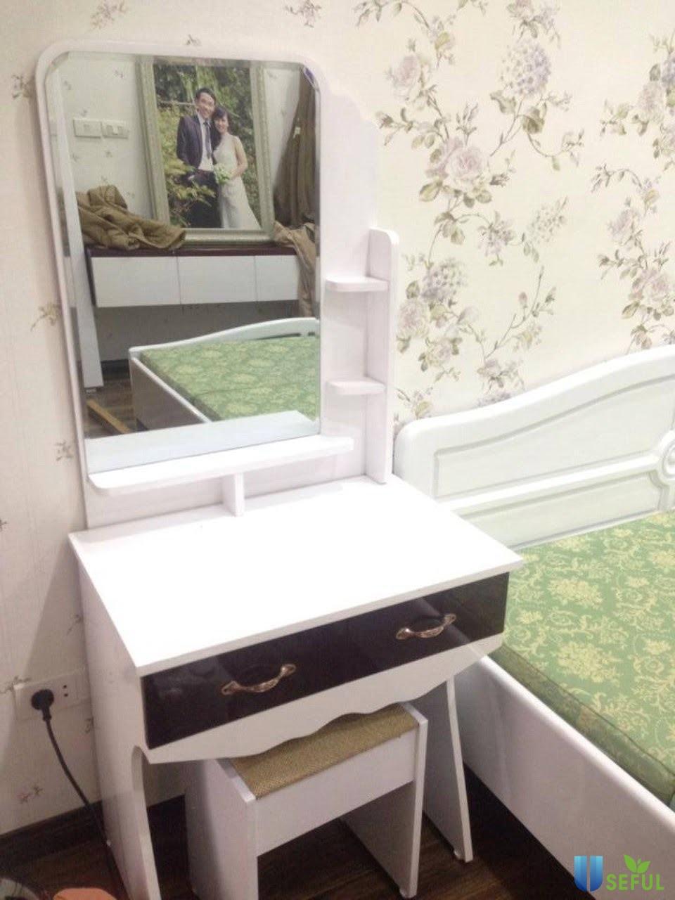 Bàn trang điểm nhựa thiết kế đơn giản mẫu 1 vừa đơn giản lại nhỏ gọn phù hợp với căn phòng có không gian nhỏ và vừa