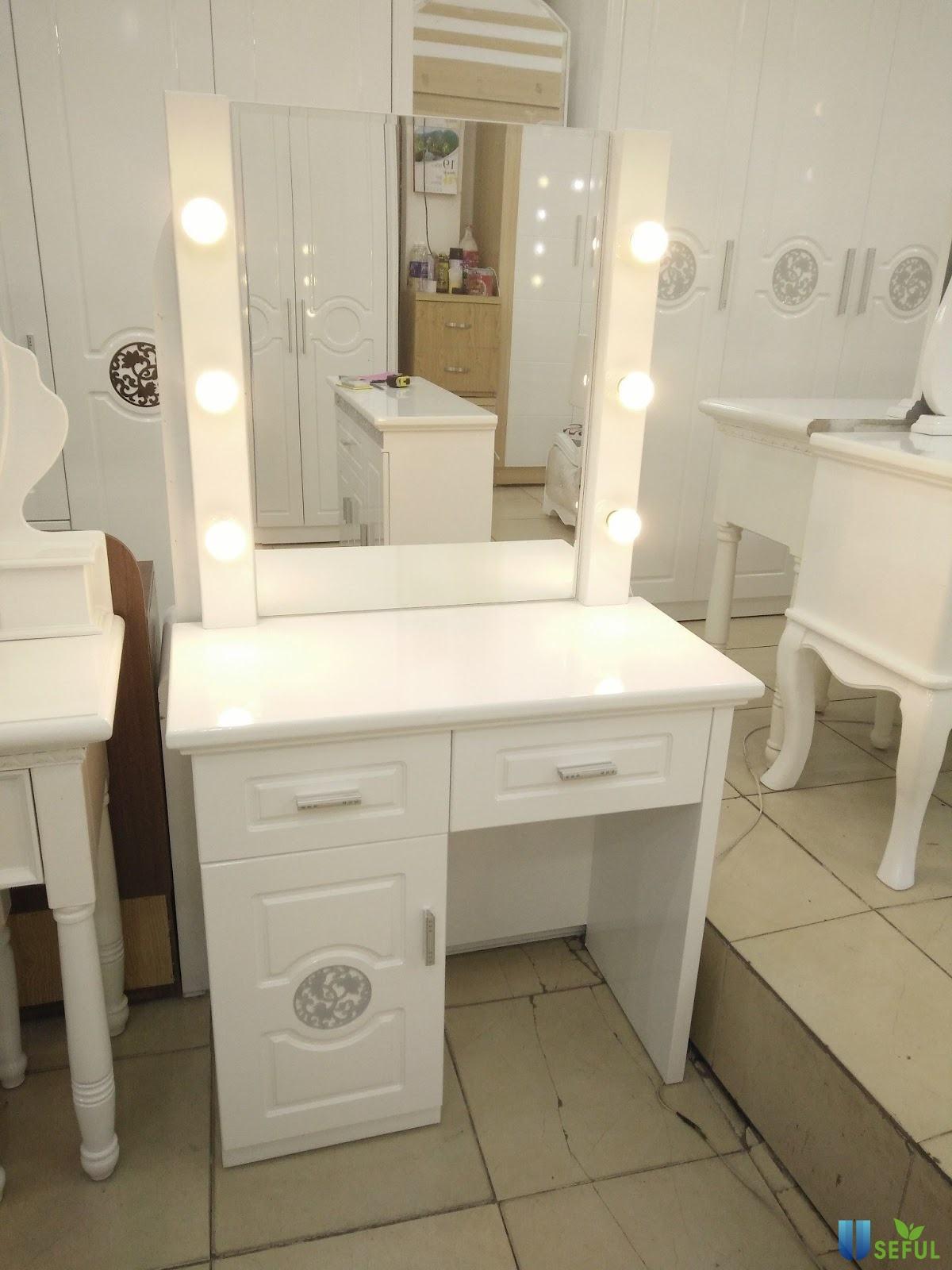 Bàn trang điểm 2 ngăn - 1 tủ có đèn khá đơn giản nhưng rất độc đáo. Màu trắng tạo sự nhẹ nhàng bắt mắt.