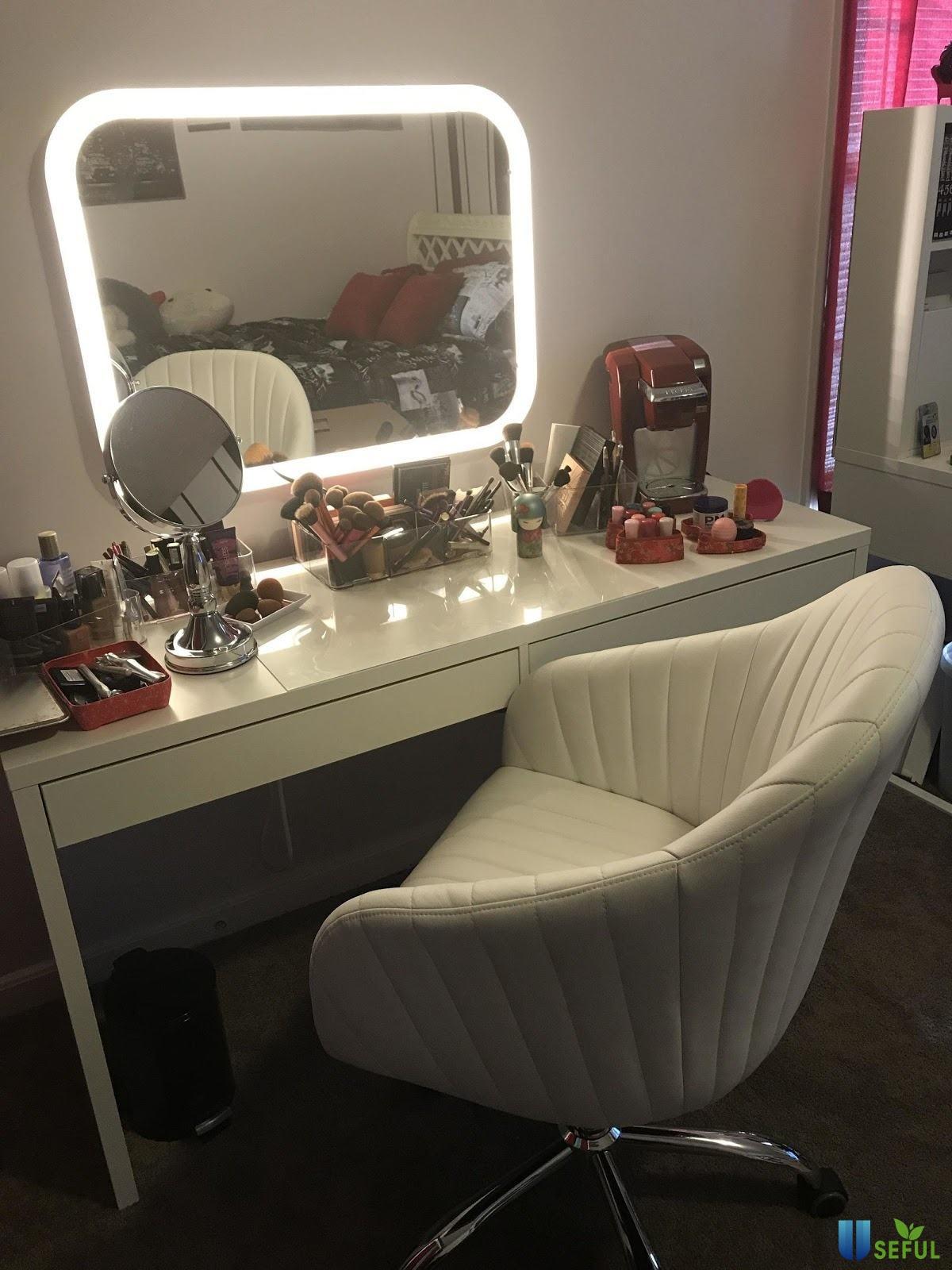 Bàn trang điểm gương rời với dải led bao quanh thiết kế vô cùng trang nhã kết hợp với tông màu trắng và chiếc ghế tựa lưng rất sang trọng.