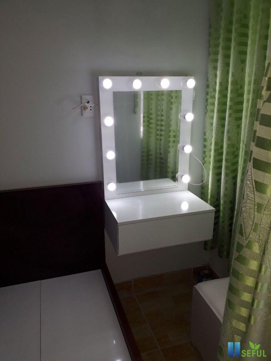 Bàn trang điểm treo tường mẫu 01 đơn giản, nhỏ gọn nhưng rất độc đáo với hệ thống đèn xung quanh gương