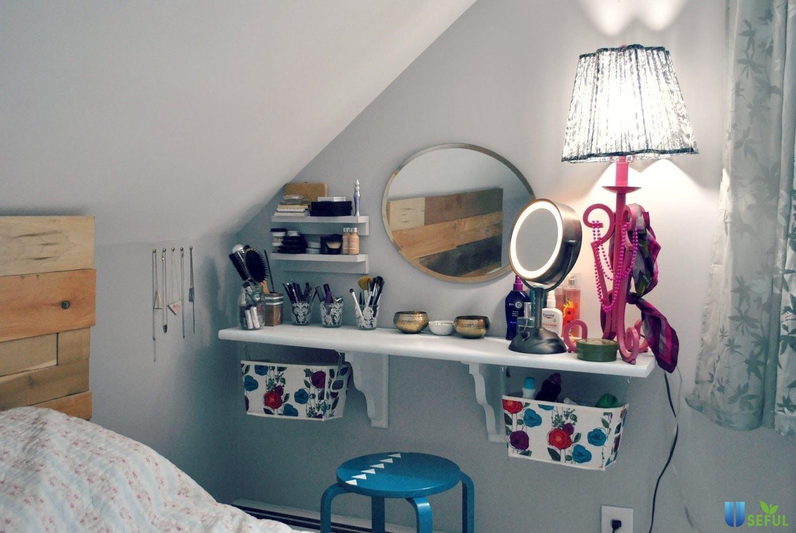 Bàn trang điểm treo tường mẫu 10 với thiết kế gương tròn đẹp mắt kết hợp với bàn màu trắng rất tinh tế mà không kém phần sang trọng